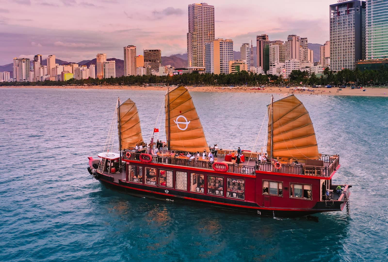 Tour Du Thuyền Hoàng Đế - Emperor Cruises Nha Trang Trọn Gói